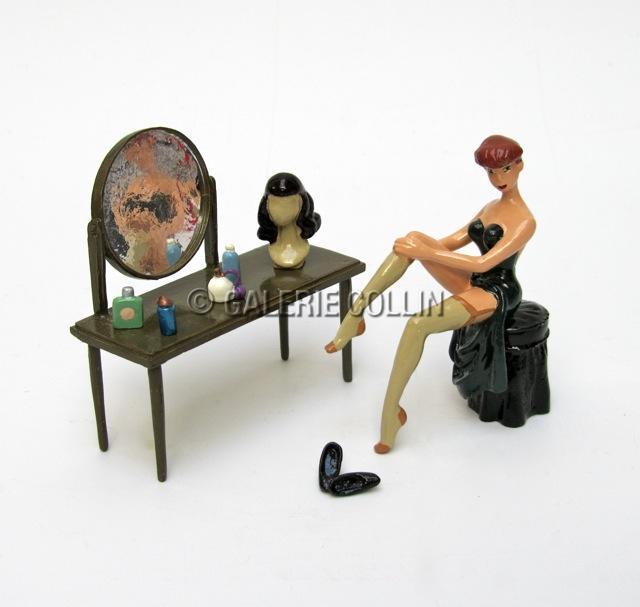 BERTHET . PIXI Figurine Pin up devant sa coiffeuse