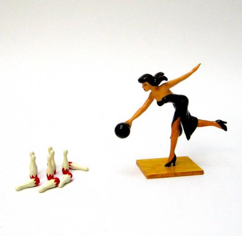 "BERTHET . PIXI Figurine ""Pin up jouant au Bowling"""
